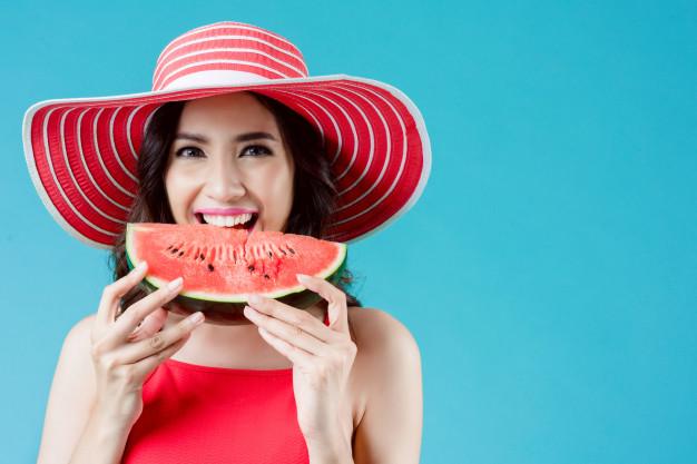 vestido-mujer-ella-comiendo-sandia-verano-ella-siente-refrescada_46139-159